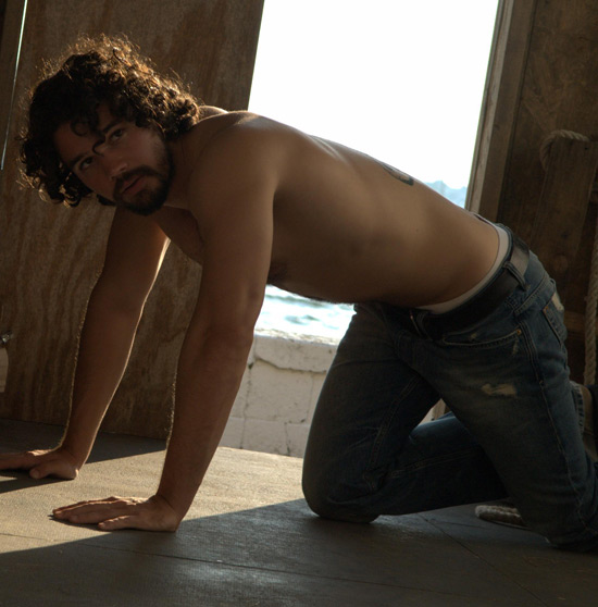 http://i1.cdnds.net/10/29/550w_gayspy_steven_strait_1.jpg