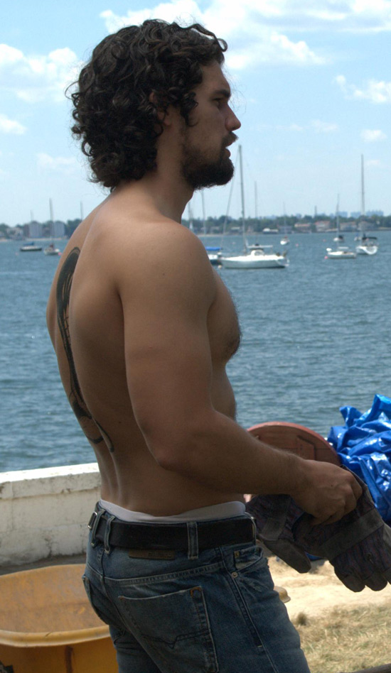 http://i1.cdnds.net/10/29/550w_gayspy_steven_strait_2_1.jpg