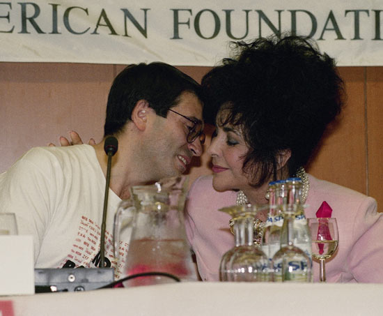 Liz Taylor kisses Thomas Farbregas