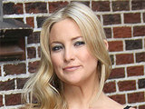 Kate Hudson poses for fans at New York City's Ed Sullivan Theatre ahead of an appearance on 'The Late Show with David Letterman'