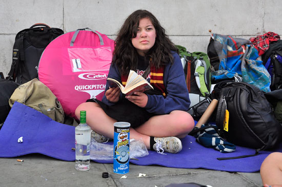 Fan reading a Harry Potter book
