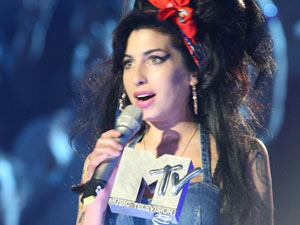 Amy Winehouse receiving her award at the MTV Europe Music Awards 2007.