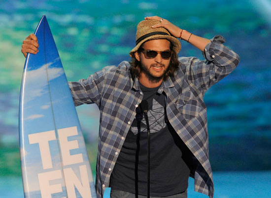 Ashton Kutcher accepts an award at the Teen Choice Awards