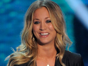 Kaley Cuoco present the Teen Choice Awards 2011