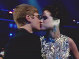 Selina Gomez and Justin Bieber share a kiss at the VMA's 2011