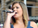 Kelly Clarkson says that she doesn't feel any pressure to tie the knot.
