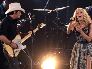 Hosts Brad Paisley and Carrie Underwood duet on &#39;Remind Me&#39;.