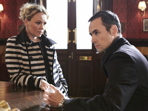 Janine tries to make amends with Michael.