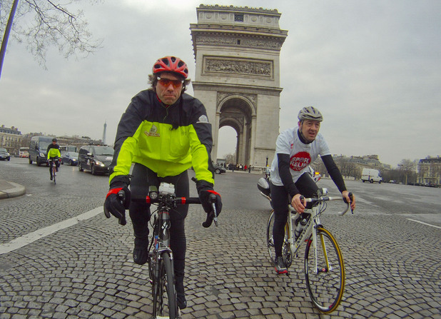 John and Chris Boardman pass the Arc de Triomphe