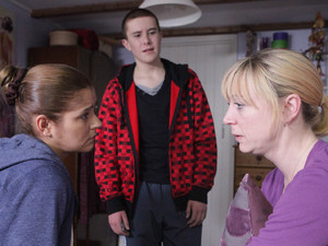 Sean feels guilty over his reaction to finding out Ali can't read as she tries to apologise to him