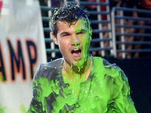 Taylor Lautner, nickelodean kids choice awards 2012, gunged, slimed