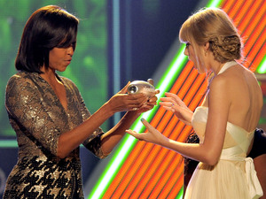 Michelle Obama presents the big help award to Taylor Swift