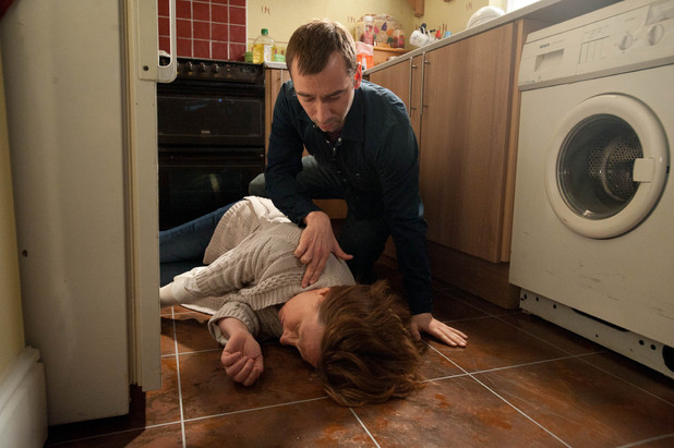 When Eileen returns to the house she finds a lifeless Lesley on the kitchen floor. Marcus tries to help her as Eileen quickly rings an ambulance