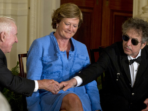 Bob Dylan with (R) with former women's college basketball coach Pat Summitt and former Supreme Court Justice John Paul Stevens as they are awarded the Presidential Medal of Freedom - May 29, 2012