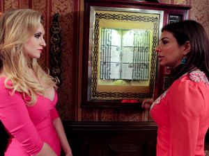Eva takes Sunita to one side and gives her a few words of advice