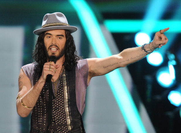 Russell Brand gets the MTV Movie Awards 2012 started. Nice hat.