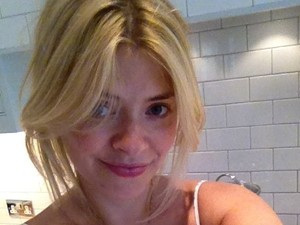Holly Willoughby posts a picture of herself on Twitter wearing no make up