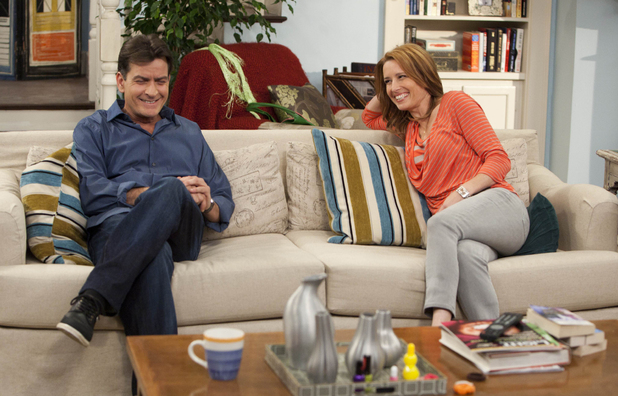Charlie Sheen&#39;s &#39;Anger Management&#39;: Still from episode 1 featuring Charlie Sheen and Shawnee Smith
