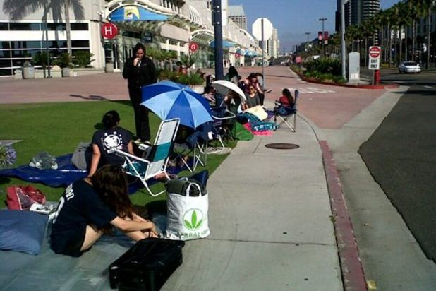 'Twilight' fans begin lining up outside Comic-Con 2012
