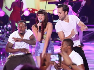 Carly Rae Jepsen performs debut hit 'Call Me Maybe' as she wins the Choice Breakout Artist award