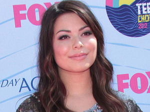 Miranda Cosgrove arrives on the pink carpet at the Teen Choice Awards 2012