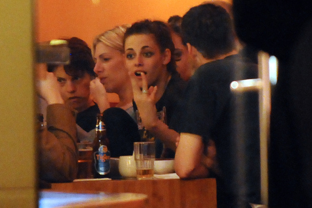 Kristen Stewart having dinner with Rupert Sanders at Monsieur Vuong restaurant at Mitte. Berlin, Germany