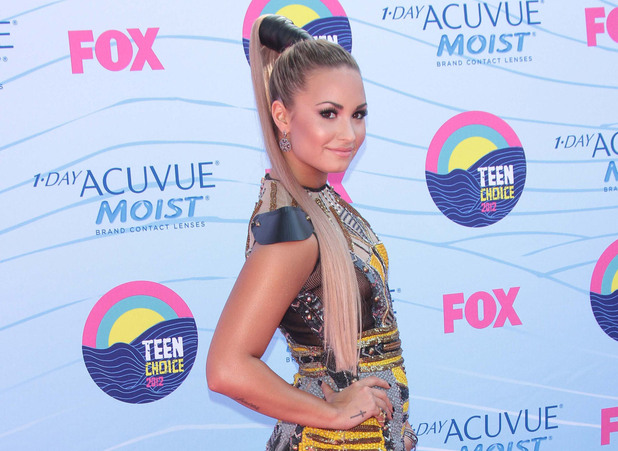 Co-host Demi Lovato arrives on the pink carpet at the Teen Choice Awards 2012