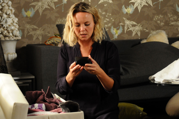 Janine finds a hidden gift box which raises her suspicions about Michael.