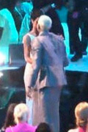 Rihanna, Chris Brown &#39;spotted kissing&#39; at MTV VMAs