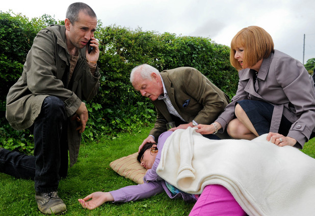 6348: Sam finds Kerry collapsed on the ground. While he calls 999 a guilty Val and Eric bring over blankets