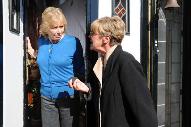 Wendy gets a shock when Deirdre arrives on her doorstep, warning her to back off