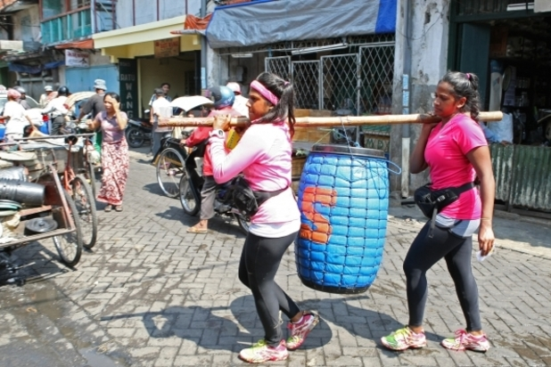 In Detour B, Twins Nadiya and Natalie must carry and sort two barrels of fish in order to receive the next clue on 'The Amazing Race' (07/10/2012)