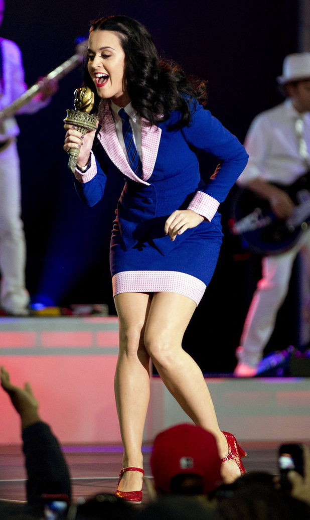Singer Katy Perry performs for a crowd before the arrival of President Barack Obama at a campaign rally