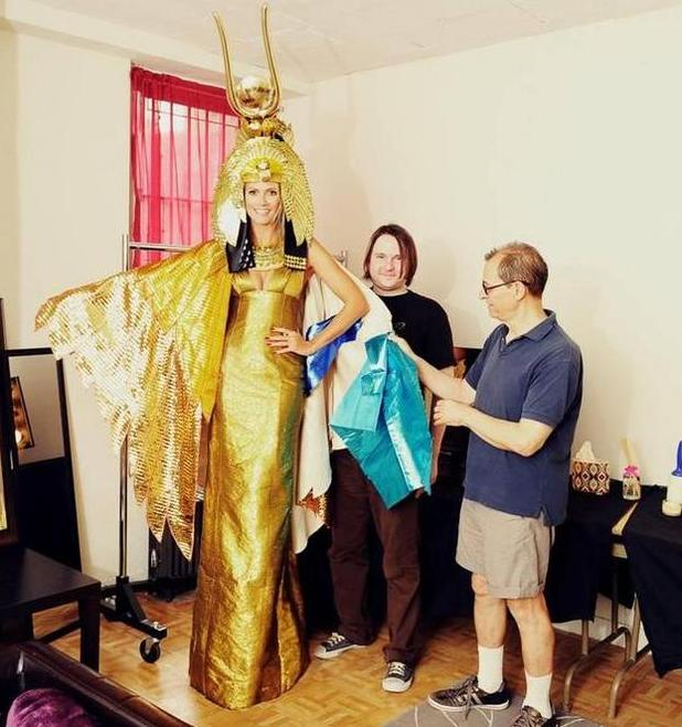 Heidi Klum posts a Cleopatra costume picture on Twitter