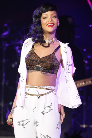 Miss Mode: Rihanna wearing bra at 777 concert