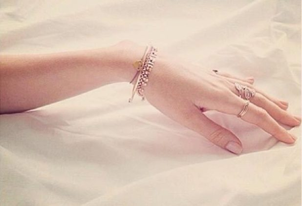 Miranda Kerr posts a picture of her hand with jewellery