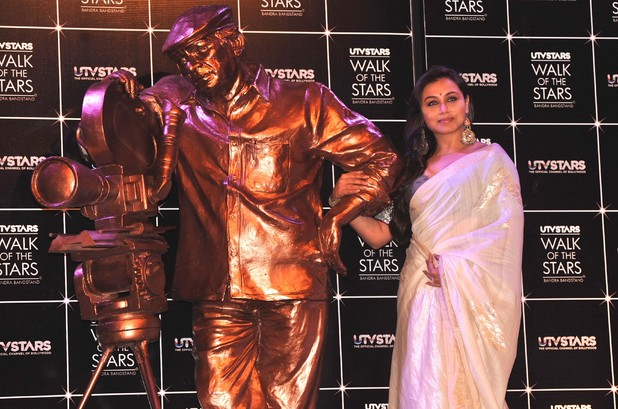 Rani Mukherji unveils statue of Yash Chopra on 'UTV Walk of Stars'