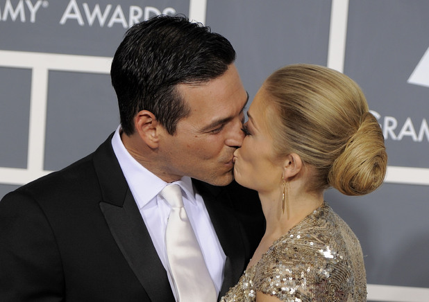 Eddie Cibrian and LeAnn Rimes kiss on the red carpet the 53rd Annual Grammy Awards