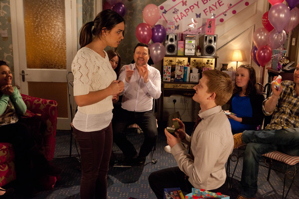 Chesney proposes to Katy in Coronation Street