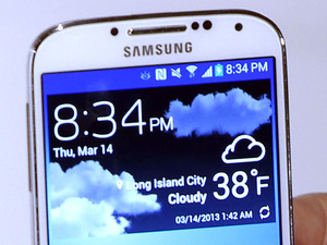 Samsung&#39;s Galaxy S4 smartphone in white