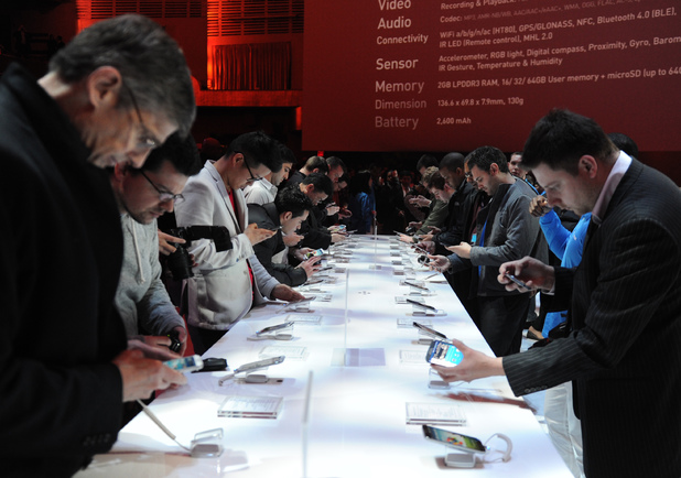 People eagerly check out the Galaxy S4