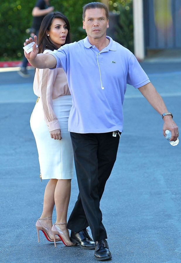 Kim Kardashian's Security guard steps on her toes - 12 March 2013