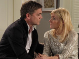 8094: Karl and Stella bond over the fire, leaving Jason worried. Stella apologises to Karl for misjudging him