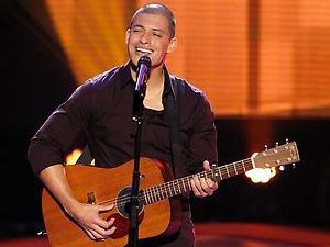 Duncan Kamakana performing on The Voice S04E03