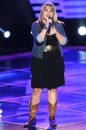 Holly Tucker performing on The Voice S04E03