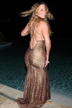 Mariah Carey has &quot;mermaid moment&quot; in pool pictures