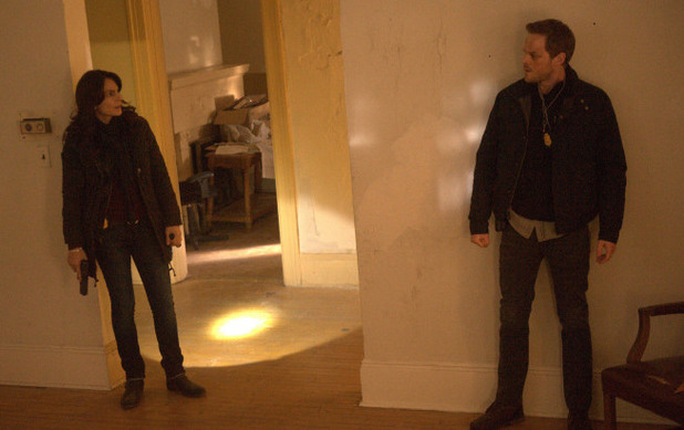 Special Agent Parker (Annie Parisse) and Agent Weston (Shawn Ashmore) look for Joe Carroll's followers in The Following S01E12: 'The Curse'