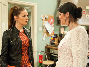 6541: After sneaking out for a drink, Kerry returns to find Amy who pretends Sarah has gone missing to panic her