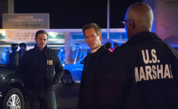 Weston (Shawn Ashmore) and Ryan Hardy (Kevin Bacon) discuss a plan of action with the U.S. Marshal in The Following S01E14: 'The End Is Near'