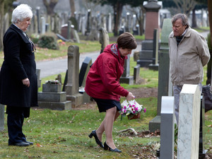 8129: Finding St. John&#39;s headstone, Sylvia, Hayley and Roy pay their respects